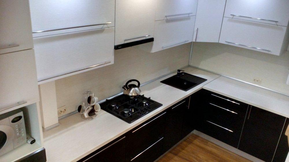 Угловая кухня (Белый верх, чёрный низ)